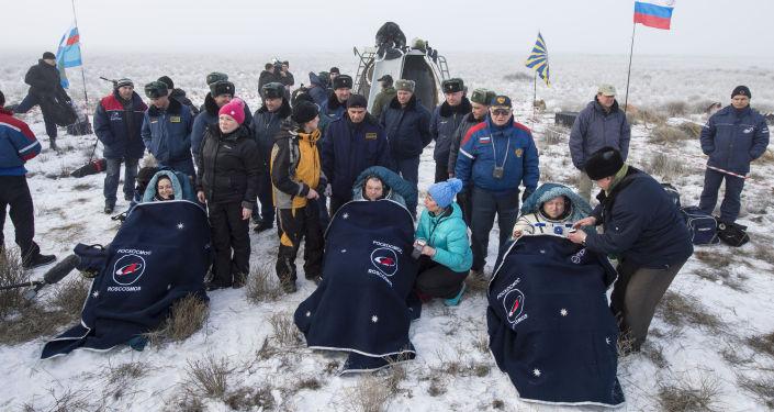 Kosmonauti po návratu kosmické lodi Sojuz TMA-14M na Zemi