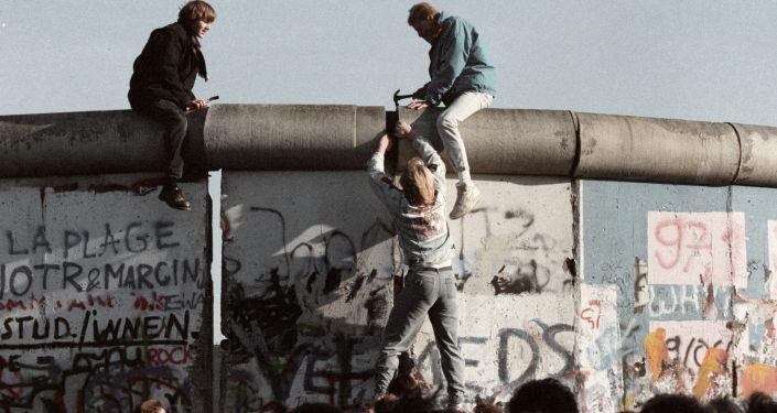 Obyvatelé NDR boří Berlínskou zeď