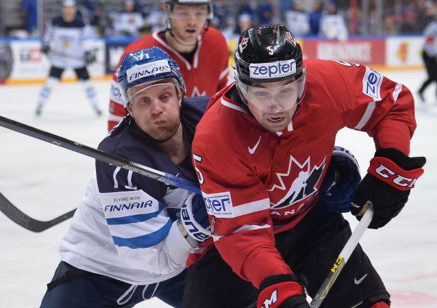 Finští a kanadští hokejisté ve finále na MS v hokeji.
