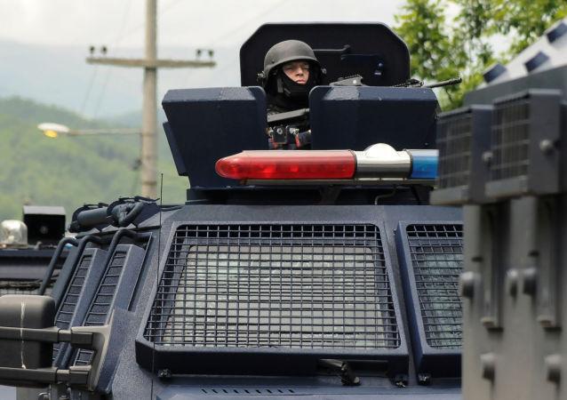 Kosovští policisté u obce Zubin Potok