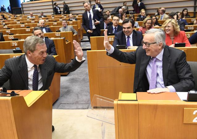 Předseda Evropské komise Jean-Claude Juncker a poslanec Evropského parlamentu Nigel Faraj na plenárním zasedání Evropského parlamentu v Bruselu