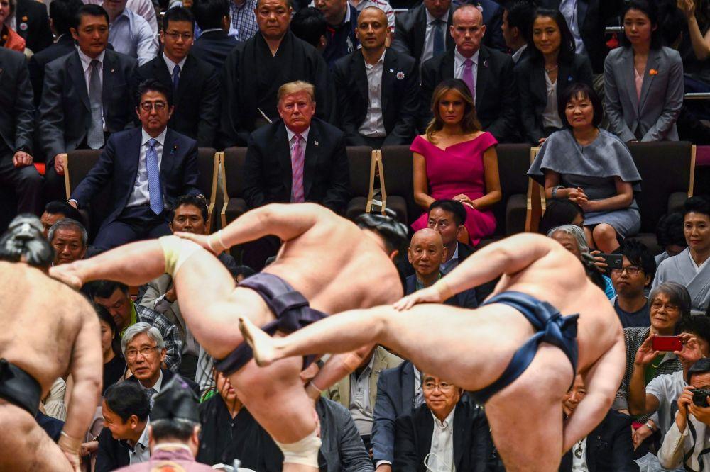 Americký prezident Donald Trump a první dáma Melania Trumpová spolu s japonským premiérem Šinzó Abem a jeho chotí Akieou Abeovou na zápase sumo v Tokiu (dne 26. května 2019).