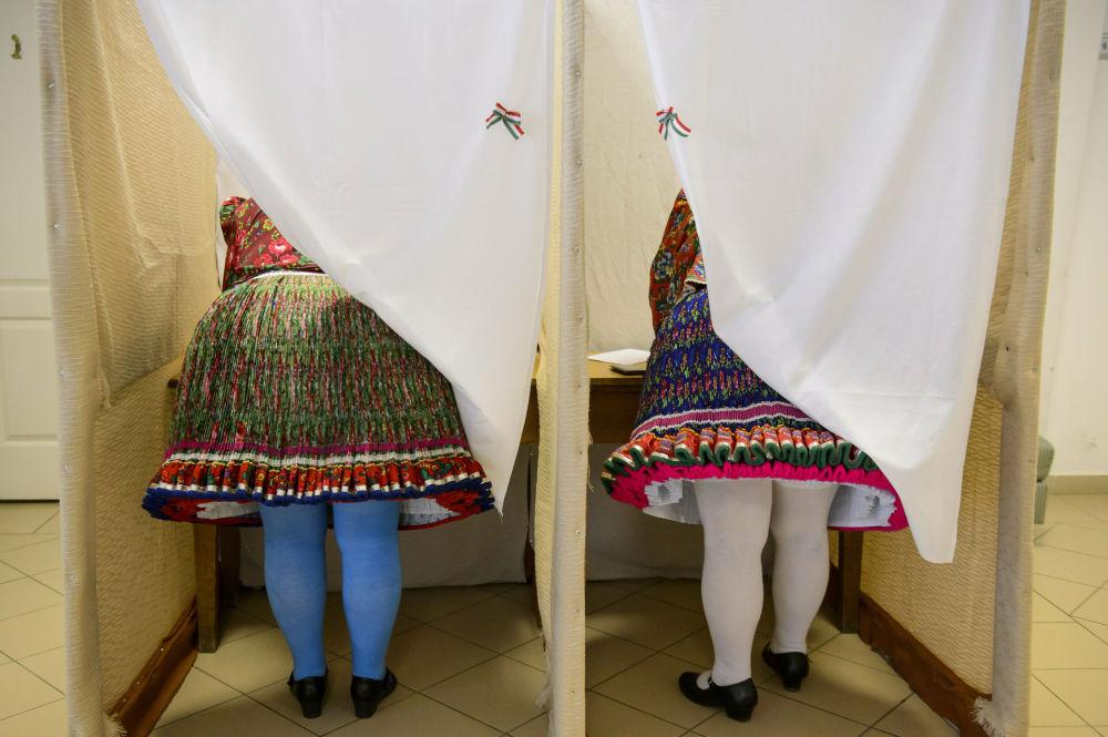Ženy v národním kroji hlasují ve volbách do Evropského parlamentu v maďarském městě Buják.