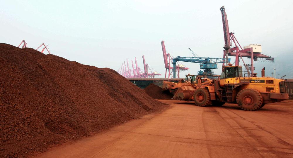 Nakládání vzácných kovů v čínském přístavu Lien-jün-kang