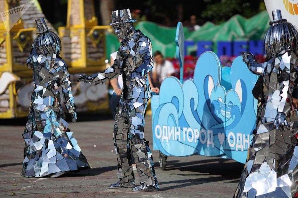 Účastníci karnevalu v ruském městě Gelendžik.