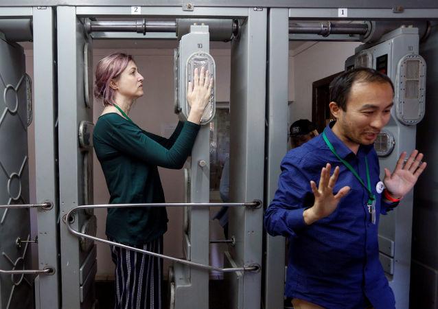 Turisté musí po návštěvě jaderné elektrárny v Černobylu projít radiologickou kontrolou.