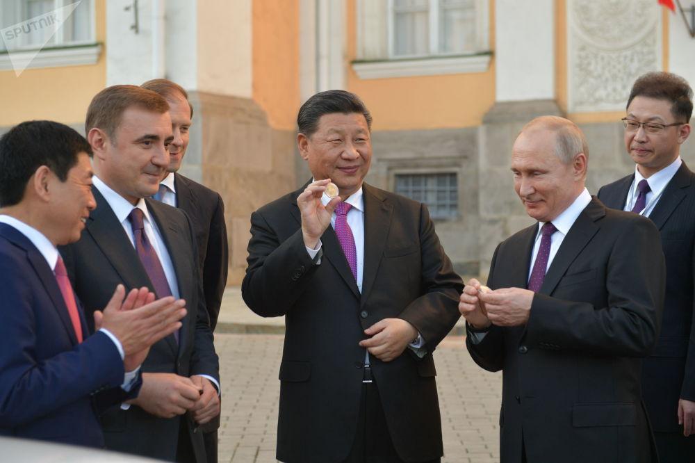 Vladimir Putin a Si-Ťin-pching během prezentace realizovaného investičního projektu na výstavbu automobilového závodu Haval v Tulské oblasti