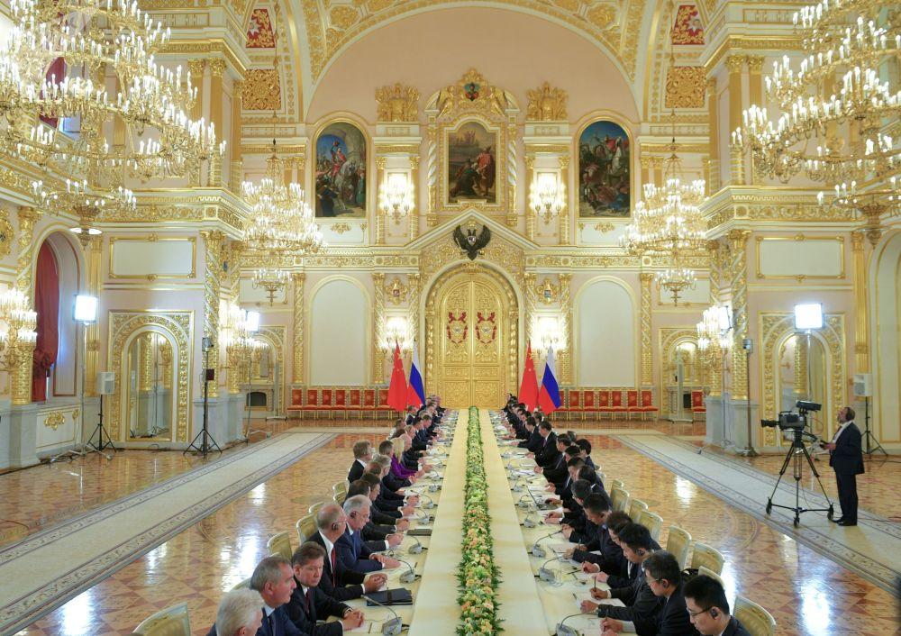 Ruský prezident Vladimir Putin a předseda Čínské lidové republiky Si Ťin-pching během rusko-čínských jednání spolu s delegací v Kremlu