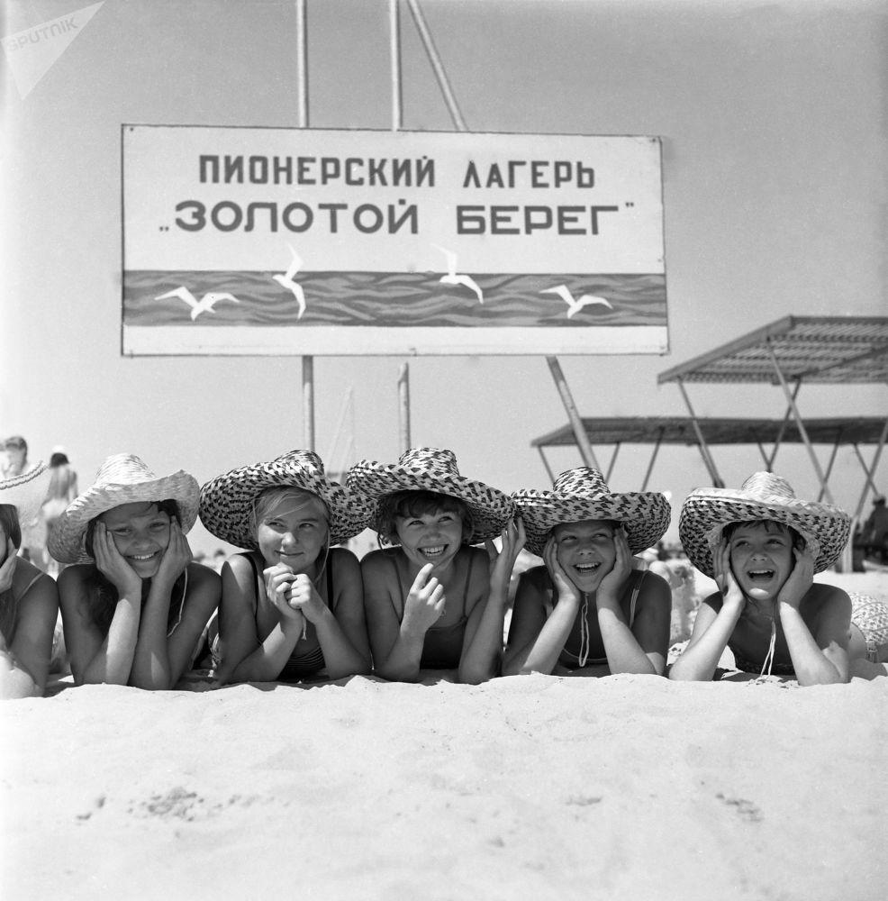 Na pláži dětského tábora Zlatý břeh v Anapě, 1971