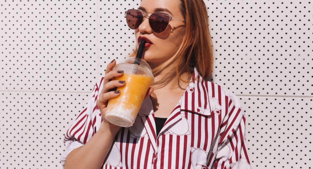 Dívka pije nápoj
