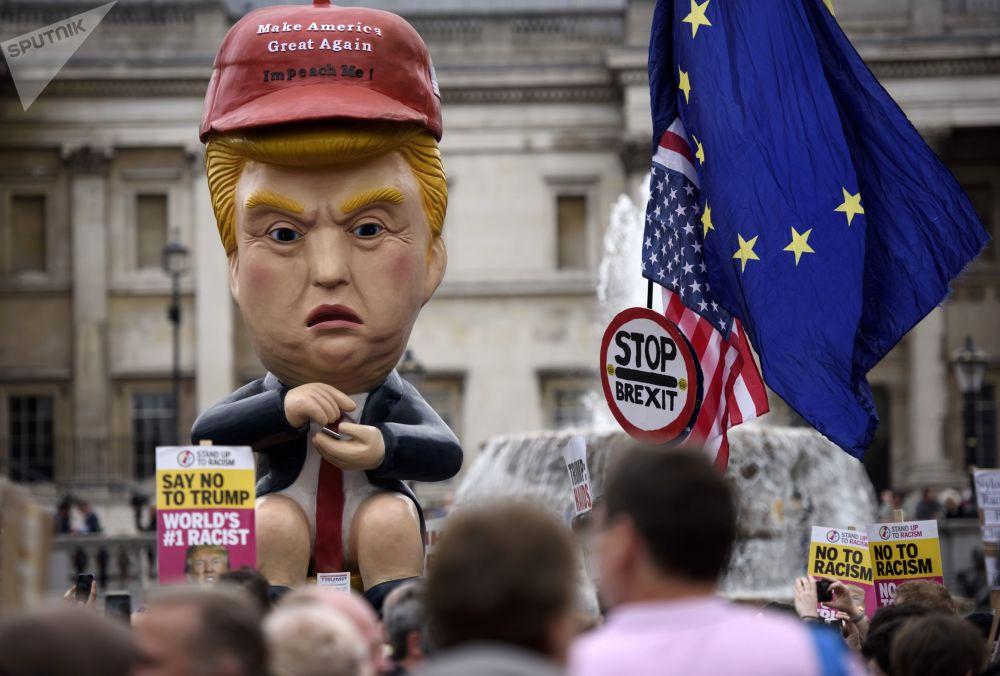 Účastníci protestu na Trafalgarském náměstí v Londýně proti oficiální návštěvě amerického prezidenta Donalda Trumpa ve Velké Británii.