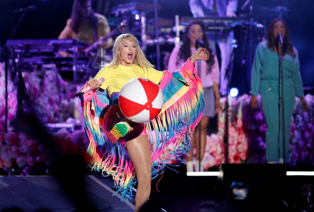 Zpěvačka Taylor Swiftová zpívá na koncertě iHeartRadio Wango Tango v Carsonu, Kalifornie, USA.