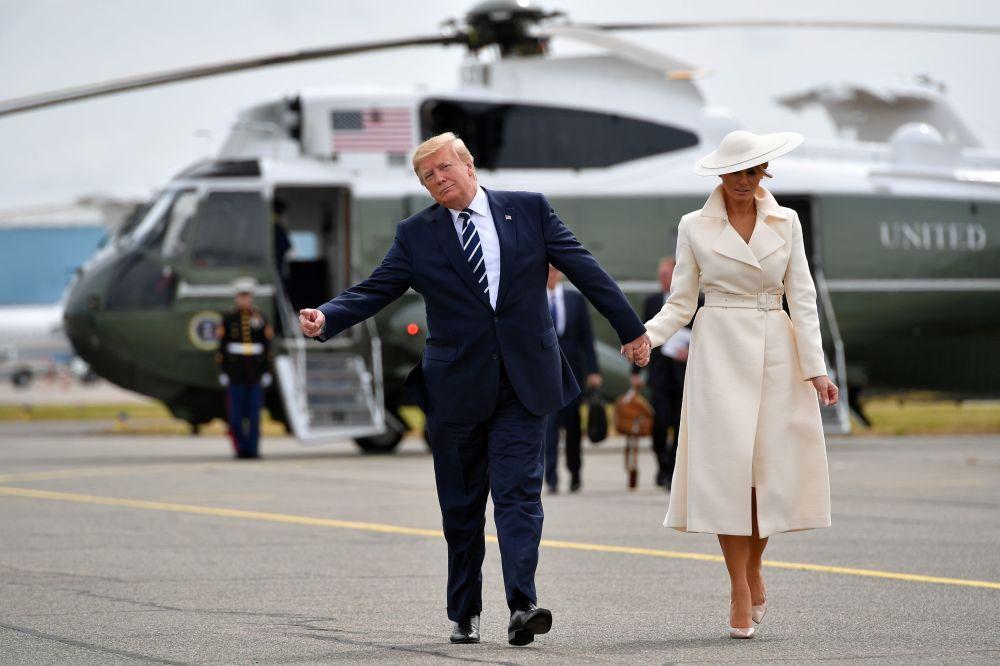 Americký prezident Donald Trump a jeho manželka Melanie po návštěvě události na počest 75. výročí vylodění v Normandii.
