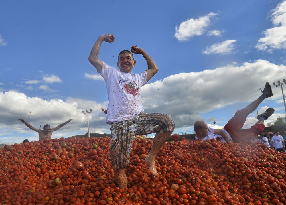 Účastníci každoročního svátku Tomatina v kolumbijském městě Sutamarchan.