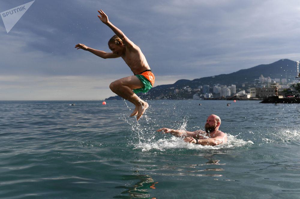 Rekreanti se koupou v Černém moři u Jalty.