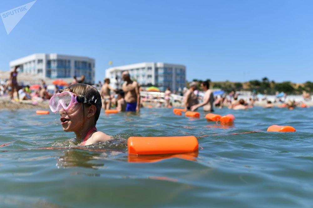 Rekreanti si užívají krymské pláže v Sevastopolu.