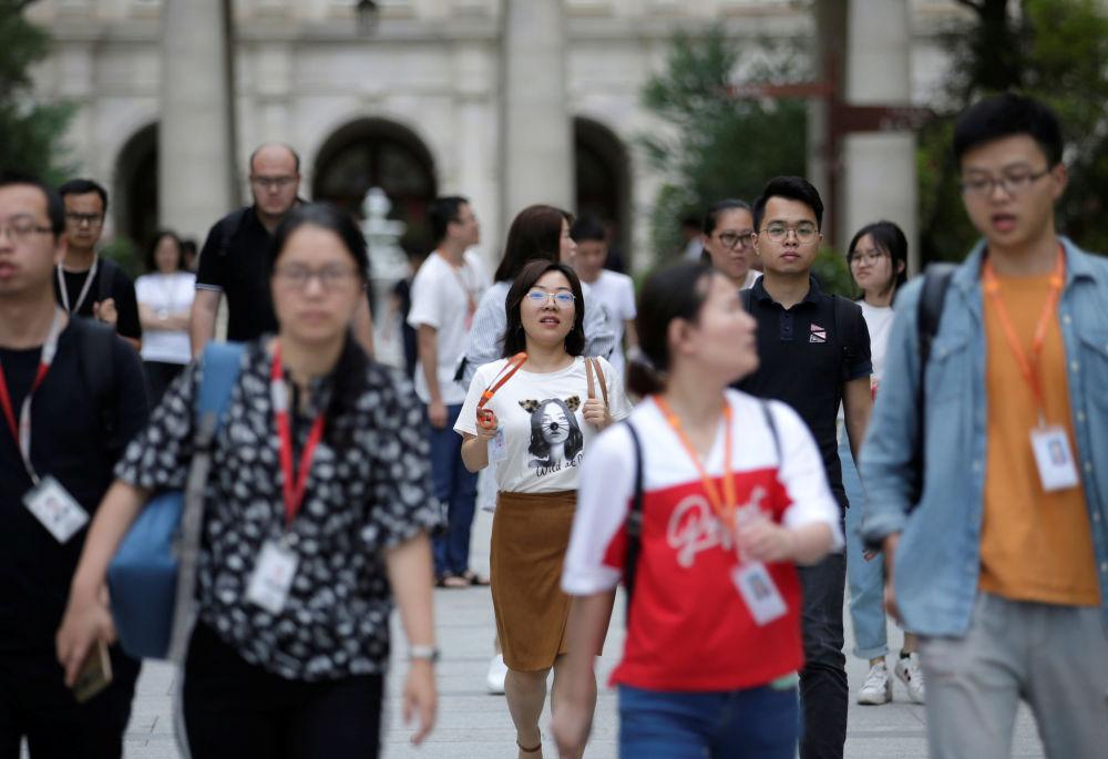 Zaměstnanci společnosti Huawei jdou domů.