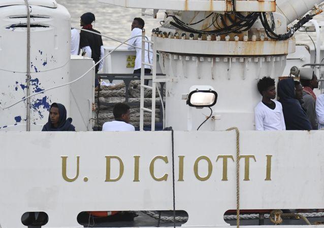 Migranti na palubě hlídkové lodi italské pobřežní stráže Diciotti