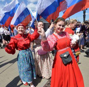 Dívky oslavují Den Ruska v Čeljabinsku.