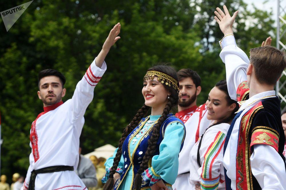 Lidé vystupují v lidových krojích v Kazani.