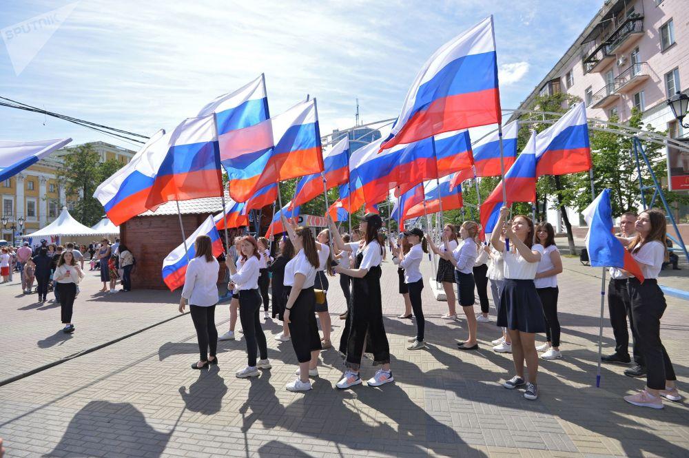 Dívky s ruskými vlajkami v Čeljabinsku.