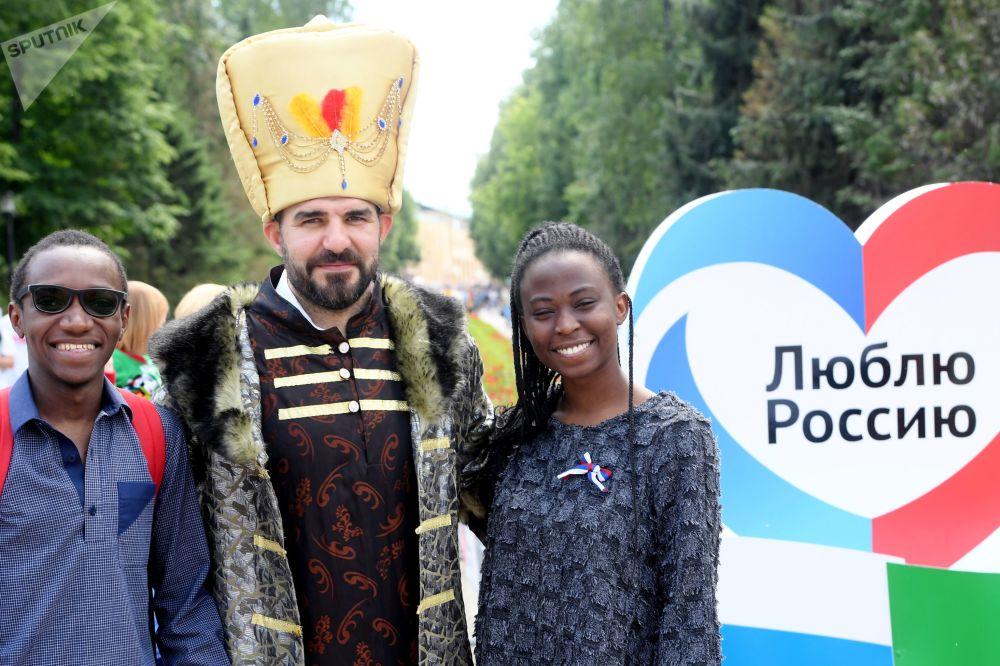 Lidé oslavují Den Ruska v Kazani.