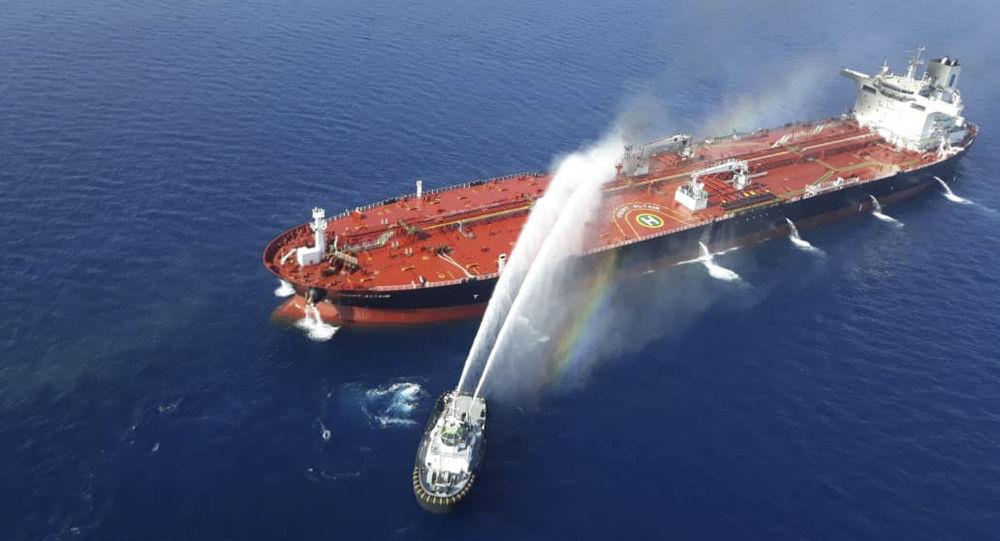 Hořící ropný tanker v Omanském zálivu