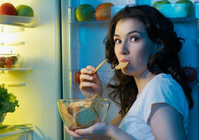 Dívka u lednici
