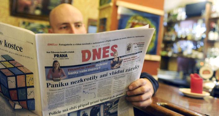 Muž čte MF Dnes. Ilustrační foto