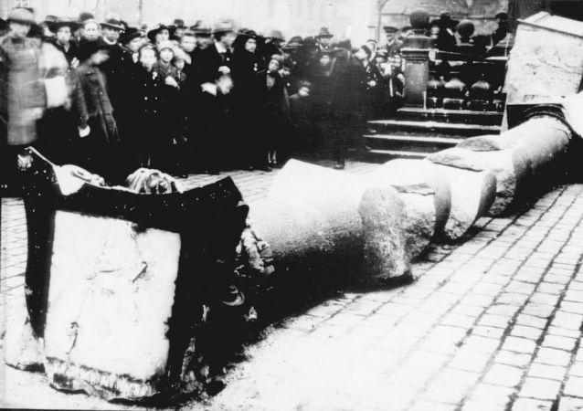 Mariánský sloup na Staroměstském náměstí v Praze, který byl zničen v roce 1918