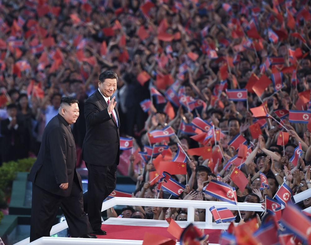 Vůdce KLDR Kim Čong-un a prezident Číny Si Ťin-pching se zúčastnili spartakiády.