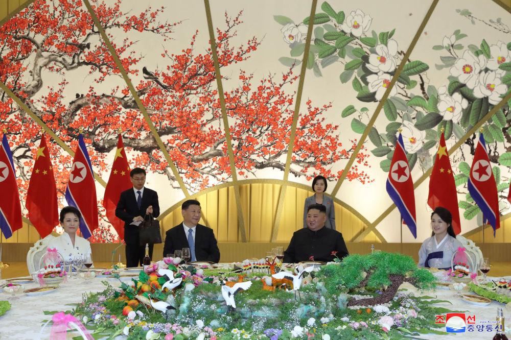 Slavnostní recepce při příležitosti schůzky severokorejského vůdce Kim Čong-una a prezidenta Číny Si Ťin-pchinga.