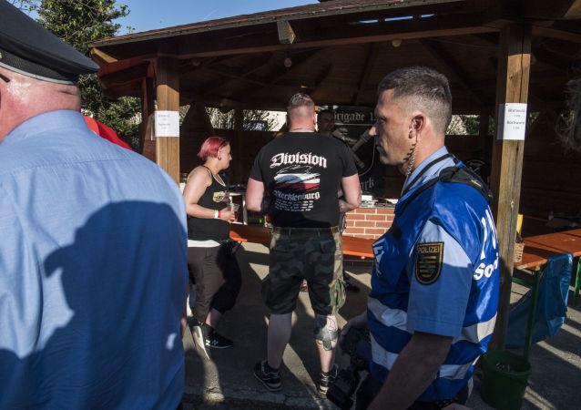 Němci skoupili všechno pivo ve městě kvůli neonacistům