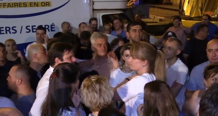 V davu na nedělních protivládních protestech v Gruzii byla spatřena bývalá gruzínská první dáma se synem (VIDEO)