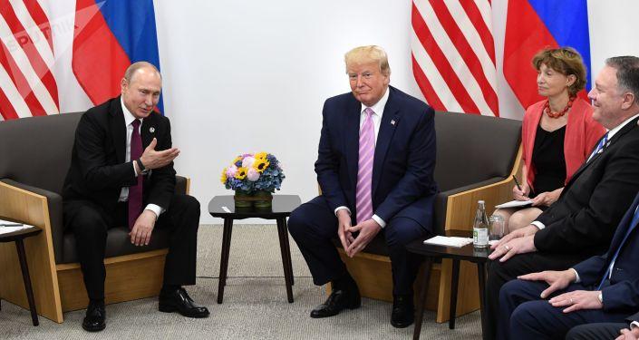 Ruský prezident Vladimir Putina a prezident Spojených států amerických Donald Trump na schůzce v japonské Osace