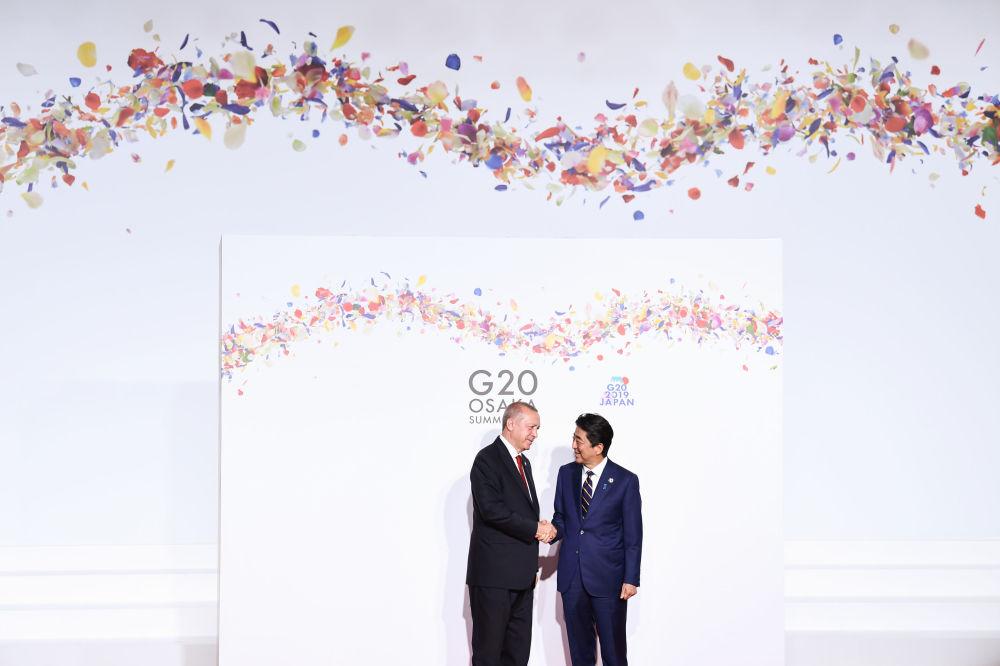 Turecký prezident Recep Tayyip Erdogan a japonský premiér Šinzó Abe na summitu G20 v Ósace.