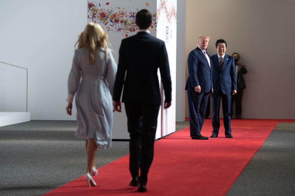 Poradci amerického prezidenta Ivanka Trumpová a Jared Kushner směřují k americkému prezidentovi Donaldovi Trumpovi a japonskému premiérovi Šinzó Abemu na summitu G20 v Ósace.