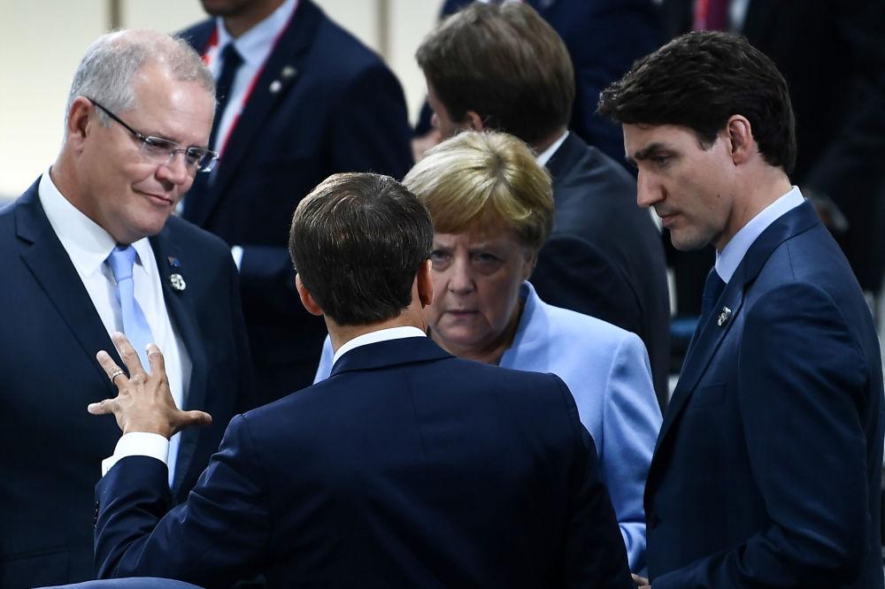Francouzský prezident Emmanuel Macron spolu s australským premiérem Scottem Morrisonem, německou kancléřkou Angelou Merkelovou a kanadským premiérem Justinem Trudeauem.