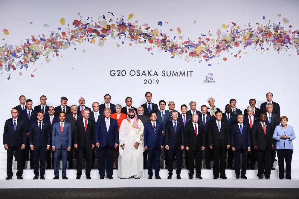 Společná fotografie lídrů zemí na summitu G20 v Ósace.