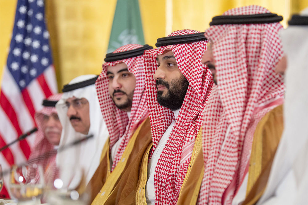 Korunní princ Saúdské Arábie Mohamed bin Salmán a jeho bratr, náměstek ministra obrany, Chalíd bin Salmán na summitu G20 v Ósace.