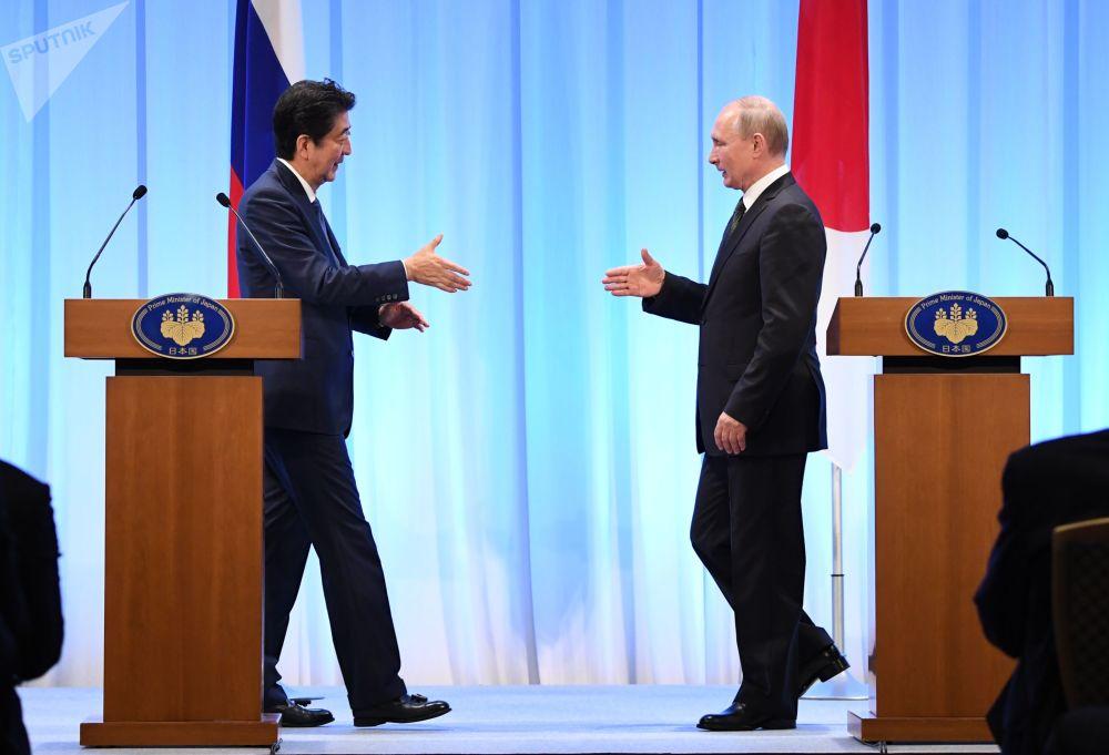 Ruský prezident Vladimir Putin a japonský premiér Šinzó Abe na summitu G20 v Ósace.