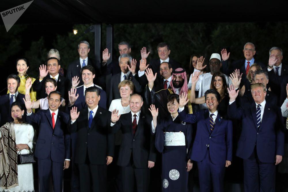 Společná fotografie lídrů zemí G20 a jejich manželek na summitu G20 v Ósace.