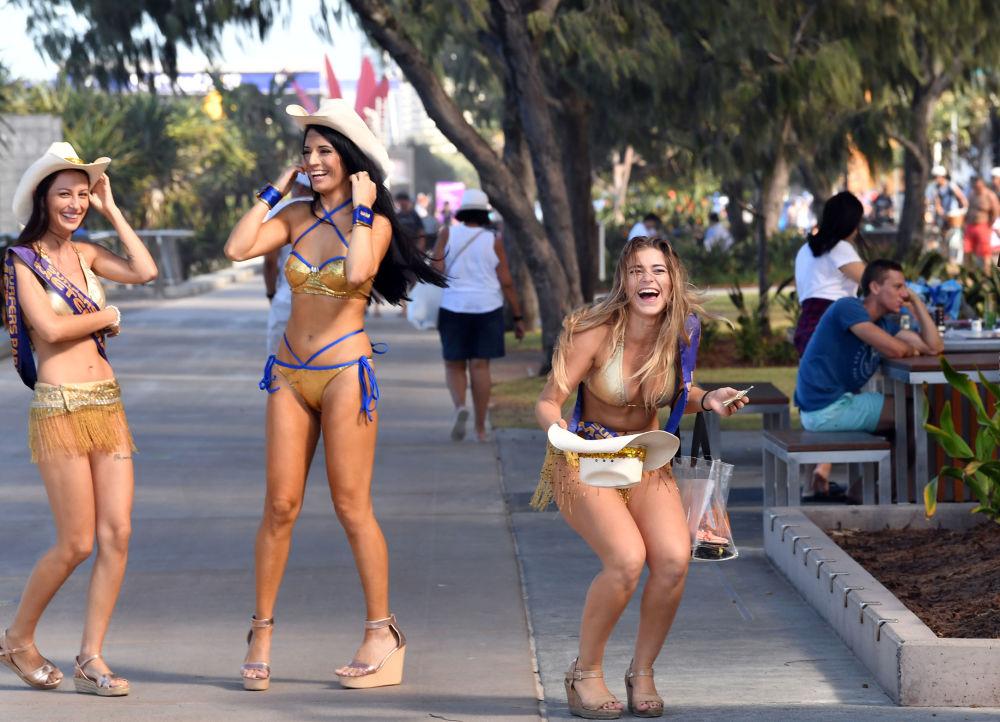Dívky v zlatých bikinách na Gold Coast v Austrálii