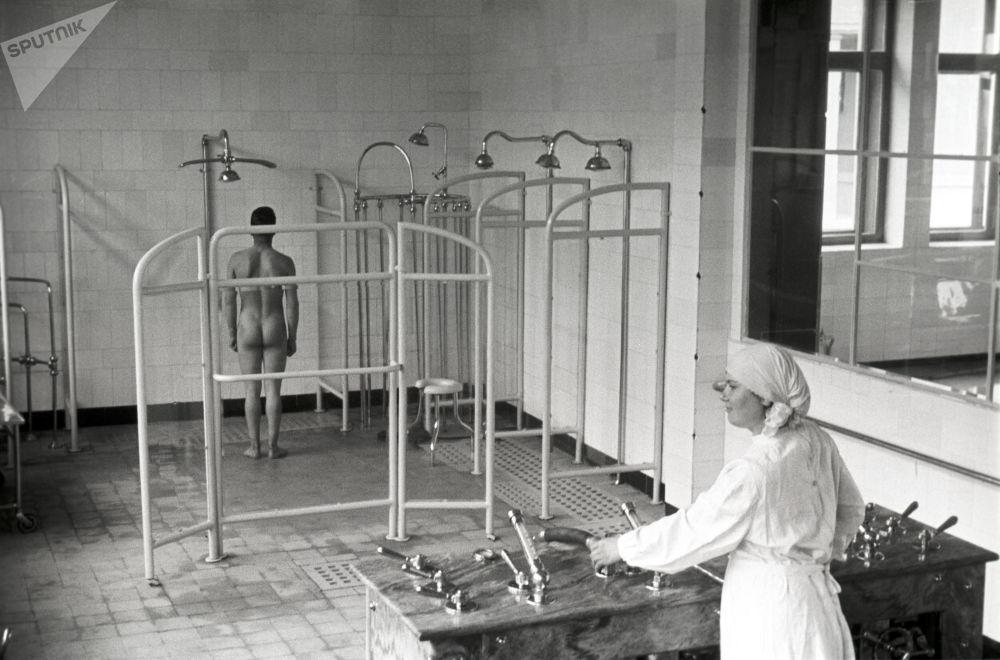 Vodní procedury v sanatoriu Kurpaty, Jalta, 1950.