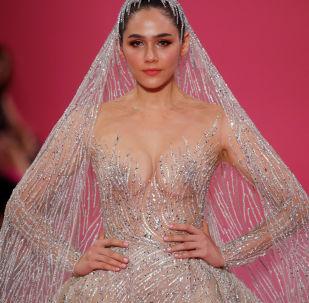 Herečka Araya A. Hargatová ve svatebních šatech návrháře Georgese Hobeiky v rámci jeho show na Týdnu módy v Paříži