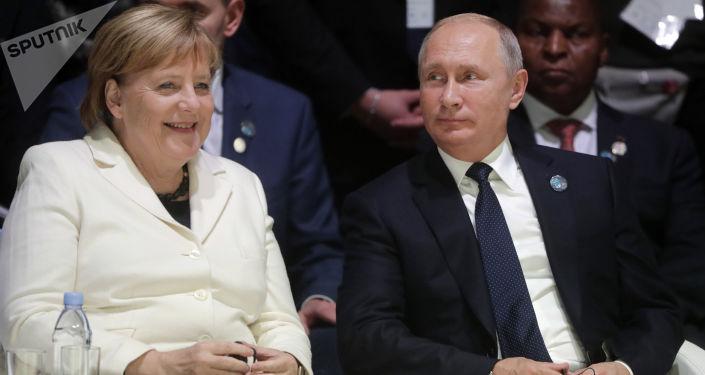 Ruský prezident Vladimir Putin a německá kancléřka Angela Merkelová na Pařížském fóru míru (dne 11. listopadu 2018).
