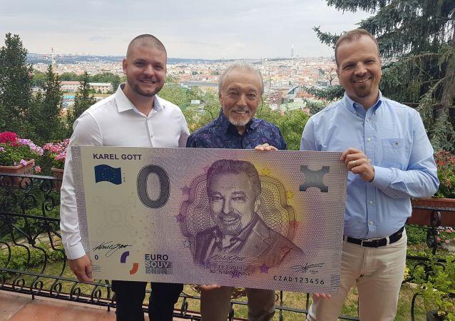 Český zpěvák Karel Gott s limitovanou eurobankovkou