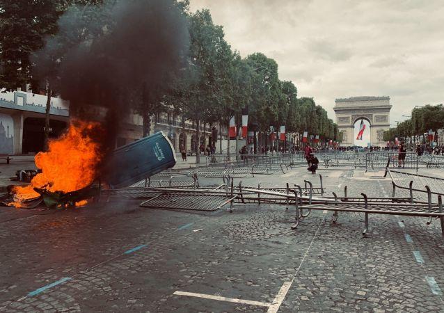 Chaos a zranění. Situace s protesty v centru Paříži se vyostřuje