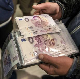 25 000 Kč za bankovku s Karlem Gottem. Kdo dá víc?