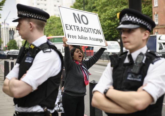 Účstnice akce na podporu spoluzakladatele WikiLeaks Juliana Assange